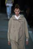 NOWY JORK, NY - WRZESIEŃ 09: Wzorcowy Natalie Westling chodzi pas startowego przy Marc Marc Jacobs pokazem mody Zdjęcia Stock