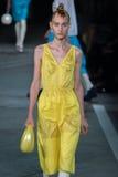 NOWY JORK, NY - WRZESIEŃ 09: Wzorcowy Nika Cole chodzi pas startowego przy Marc Marc Jacobs pokazem mody Zdjęcia Stock