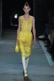 NOWY JORK, NY - WRZESIEŃ 09: Wzorcowy Nika Cole chodzi pas startowego przy Marc Marc Jacobs pokazem mody Fotografia Stock