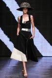 NOWY JORK, NY - WRZESIEŃ 08: Wzorcowy Yumi Lambert chodzi pas startowego przy Donna Karan wiosny 2015 pokazem mody Fotografia Royalty Free