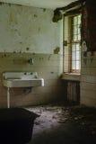 Nowy Jork rocznik łazienka z zlew Zaniechany szpital, Sanitarium -/- obrazy royalty free