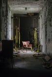 Nowy Jork rocznika krzesło w korytarzu Zaniechany szpital, Sanitarium -/- Zdjęcie Stock