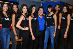 NOWY JORK, SIERPIEŃ - 08: Modela uszeregowanie zakulisowy z sędziami przed Top Model Latina 2014 konkursem Zdjęcia Royalty Free