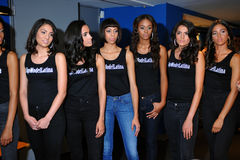 NOWY JORK, SIERPIEŃ - 08: Modela uszeregowanie zakulisowy z sędziami przed Top Model Latina 2014 konkursem Obraz Royalty Free