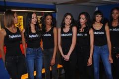 NOWY JORK, SIERPIEŃ - 08: Modela uszeregowanie zakulisowy z sędziami przed Top Model Latina 2014 konkursem Fotografia Royalty Free