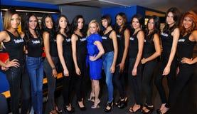 NOWY JORK, SIERPIEŃ - 08: Modela uszeregowanie zakulisowy z sędziami przed Top Model Latina 2014 konkursem Zdjęcia Stock