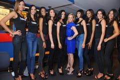 NOWY JORK, SIERPIEŃ - 08: Modela uszeregowanie zakulisowy z sędziami przed Top Model Latina 2014 konkursem Obraz Stock