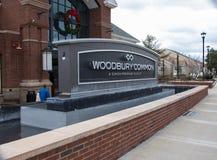 NOWY JORK Styczeń, 2019 Ludzie robią zakupy przy Woodbury premii Pospolitym ujściem na Jan 05, 2019 w Woodbury, Nowy Jork, usa obraz royalty free