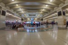 NOWY JORK - usa - 11 CZERWA 2015 ludzie je w Uroczystej centrali staci karmowym sądzie Obrazy Stock