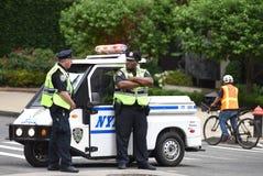 NOWY JORK, usa - Czerwiec 10, 2018: Funkcjonariuszi policji wykonuje jego du Obraz Royalty Free