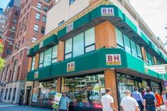 NOWY JORK, usa - CZERWIEC 22, 2017: Niezidentyfikowani ludzie chodzi przy powierzchownością sławny fotografii, wideo H i b sklep  Obraz Stock