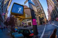 NOWY JORK, usa - CZERWIEC 22, 2017: Niezidentyfikowani ludzie chodzi w pięknym mieście Nowy Jork otaczanie drapacze chmur Fotografia Stock