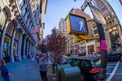 NOWY JORK, usa - CZERWIEC 22, 2017: Niezidentyfikowani ludzie chodzi w pięknym mieście Nowy Jork otaczanie drapacze chmur Zdjęcie Stock