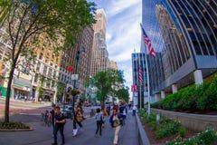 NOWY JORK, usa - CZERWIEC 22, 2017: Niezidentyfikowani ludzie chodzi w pięknym mieście Nowy Jork z drapaczami chmur i Zdjęcie Royalty Free