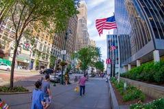 NOWY JORK, usa - CZERWIEC 22, 2017: Niezidentyfikowani ludzie chodzi w pięknym mieście Nowy Jork z drapaczami chmur i Obrazy Royalty Free