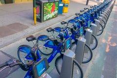NOWY JORK, usa - LISTOPAD 22, 2016: Jechać na rowerze wynajem na times square parkujący z rzędu w ulicie w Nowy Jork miasta usa Obraz Royalty Free