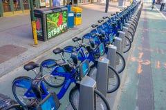 NOWY JORK, usa - LISTOPAD 22, 2016: Jechać na rowerze wynajem na times square parkujący z rzędu w ulicie w Nowy Jork miasta usa Obrazy Royalty Free