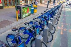 NOWY JORK, usa - LISTOPAD 22, 2016: Jechać na rowerze wynajem na times square parkujący z rzędu w ulicie w Nowy Jork miasta usa Zdjęcia Royalty Free