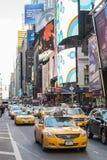 NOWY JORK, USA - LISTOPAD 24: Kolejka sławny Nowy Jork koloru żółtego taxi Zdjęcia Royalty Free