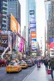 NOWY JORK, USA - LISTOPAD 24: Kolejka sławny Nowy Jork koloru żółtego taxi Zdjęcie Stock