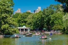NOWY JORK, usa - LISTOPAD 22, 2016: Niezidentyfikowana grupa ludzi paddling w jeziorze w central park w pięknym Zdjęcia Royalty Free