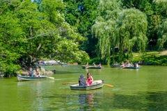 NOWY JORK, usa - LISTOPAD 22, 2016: Niezidentyfikowana grupa ludzi paddling w jeziorze w central park w pięknym Zdjęcia Stock