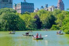 NOWY JORK, usa - LISTOPAD 22, 2016: Niezidentyfikowana grupa ludzi paddling w jeziorze w central park w pięknym Fotografia Stock