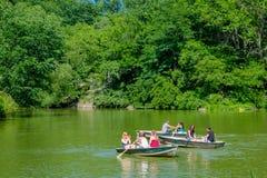 NOWY JORK, usa - LISTOPAD 22, 2016: Niezidentyfikowana grupa ludzi paddling w jeziorze w central park w pięknym Zdjęcie Royalty Free