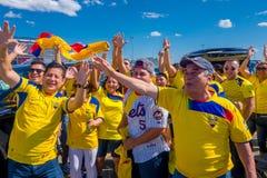 NOWY JORK, usa - LISTOPAD 22, 2016: Niezidentyfikowany ecuadorian wachluje świętować zwycięstwo Ekwador na zewnątrz Metlife Zdjęcia Royalty Free