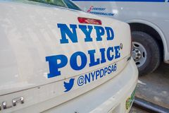 NOWY JORK, usa - LISTOPAD 22, 2016: Samochód policja parkująca w Porcelanowej Grodzkiej ulicie z słowami NYPD w tylnej stronie, Obraz Stock