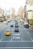 NOWY JORK, USA - LISTOPAD 23: Wysoki kąt strzelający ruchliwie dziesiąty ulica Obraz Stock