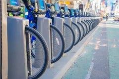 NOWY JORK, usa - LISTOPAD 22, 2016: Zamyka up roweru wynajem na times square parkujący z rzędu w ulicie w Nowy Jork Obrazy Stock