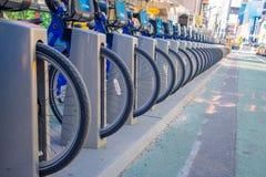 NOWY JORK, usa - LISTOPAD 22, 2016: Zamyka up roweru wynajem na times square parkujący z rzędu w ulicie w Nowy Jork Zdjęcia Stock