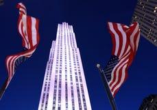Nowy Jork, usa - Maj 25, 2018: USA flaga blisko Rockefeller centu zdjęcie stock