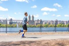 NOWY JORK, usa - 15 MAJ, 2019: Jogger bieg wzdłuż central park rezerwuaru w Nowy Jork Central Park foluje aktywny obraz royalty free
