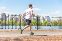 NOWY JORK, usa - 15 MAJ, 2019: Jogger bieg wzd?u? central park rezerwuaru w Nowy Jork Central Park foluje aktywny obrazy royalty free