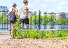 NOWY JORK, usa - 15 MAJ, 2019: Jogger bieg wzd?u? central park rezerwuaru w Nowy Jork Central Park foluje aktywny fotografia stock