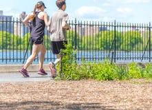 NOWY JORK, usa - 15 MAJ, 2019: Jogger bieg wzd?u? central park rezerwuaru w Nowy Jork Central Park foluje aktywny zdjęcie stock