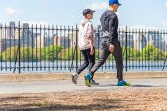 NOWY JORK, usa - 15 MAJ, 2019: Jogger bieg wzd?u? central park rezerwuaru w Nowy Jork Central Park foluje aktywny zdjęcia royalty free