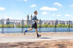NOWY JORK, usa - 15 MAJ, 2019: Jogger bieg wzd?u? central park rezerwuaru w Nowy Jork Central Park foluje aktywny zdjęcia stock