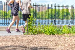 NOWY JORK, usa - 15 MAJ, 2019: Jogger bieg wzd?u? central park rezerwuaru w Nowy Jork Central Park foluje aktywny zdjęcie royalty free