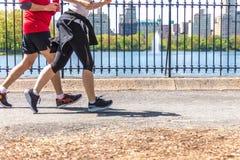 NOWY JORK, usa - 15 MAJ, 2019: Jogger bieg wzd?u? central park rezerwuaru w Nowy Jork Central Park foluje aktywny obrazy stock