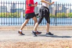NOWY JORK, usa - 15 MAJ, 2019: Jogger bieg wzd?u? central park rezerwuaru w Nowy Jork Central Park foluje aktywny obraz royalty free
