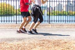 NOWY JORK, usa - 15 MAJ, 2019: Jogger bieg wzd?u? central park rezerwuaru w Nowy Jork Central Park foluje aktywny obraz stock