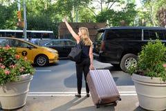 Nowy Jork, usa - Maj 24, 2018: Kobieta łapie taxi przy ulicą fotografia royalty free