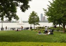 Nowy Jork, usa - Maj 28, 2018: Ludzie odpoczynku w Bateryjnym parku wewnątrz zdjęcia royalty free