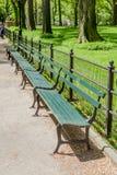 Nowy Jork, usa Maj 20, 2014 Rząd pusta ławka w central park, obrazy stock