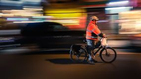 NOWY JORK, usa - MARZEC 18, 2018: Jeździeccy cykliści Bicyclistsin w mieście, noc, abstrakt fuzzy ruch fotografia stock
