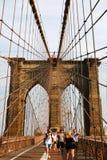 Nowy Jork, usa - Wrzesień 2, 2018: Ludzie krzyżuje most przy zmierzchem zdjęcie royalty free