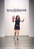NOWY JORK, WRZESIEŃ - 06: Projektant Katya Leonovich chodzi pas startowego Zdjęcia Stock
